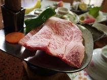 特注の鍬を器にした名物和牛の鍬焼き(イメージ)