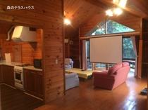 森のテラスハウスリビング&キッチン