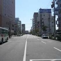 【ホテル⇒無料パーキングへの道順1】右が当ホテル。無料Pにご案内いたします。