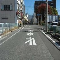 【無料P道順4】一時停止の標識があるT字です。こちらを右折してください。