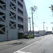 【無料P道順7】左側白い建物が駐車場です。