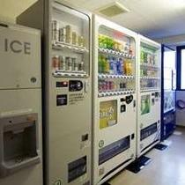 自動販売機■4階にある自販機。製氷機は無料でご利用いただけます。