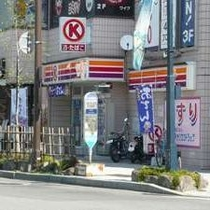 ホテル斜め向かいにあるコンビニ。駅前立地だから、その他飲食店も豊富です。