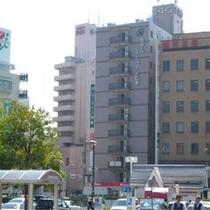 松本駅お城口を出てすぐ右側に当ホテルをご覧いただけます