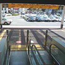 【徒歩道順3】エスカレーターが終了します。タクシーがいっぱい並んでます。