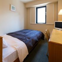 シングルルームにはセミダブルサイズのベッドをご用意しております♪
