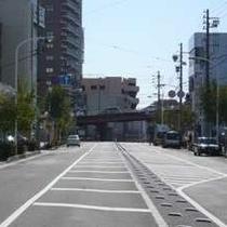 【無料P道順2】横断歩道が見えるまで直進します。