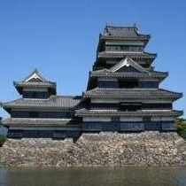 国宝松本城。西側赤い橋の方からの眺めです。
