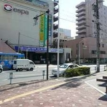 【徒歩道順10】ホテルに沿って右に曲がると到着です。正面にはバスターミナル。