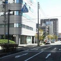 【無料P道順3】ジョブカフェの手前の道を左折してください。横断歩道のあるT字路です。
