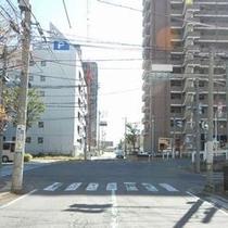【無料P道順6】本庄一丁目の交差点です。直進してください。左手奥が無料駐車場です。