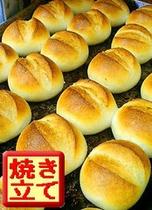 並んで焼き立てパン