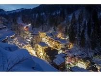 松之山温泉街の中心「ひなの宿ちとせ」の冬景色