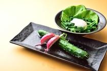 朝まんまの定番「温玉の巣篭りサラダ」「旬野菜の塩麹一夜漬け」