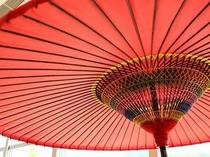 大きな和傘があなたをお出迎えします
