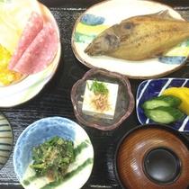 【朝食一例】ご飯に味噌汁、魚の干物など旅館ならではの朝ご飯