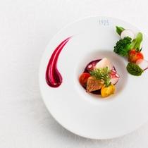 【地元野菜と魚介のサラダ】