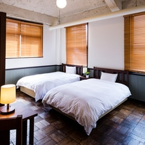 【2F ツイン】唯一建築当時のままの寄せ木の床が残っているレトロなお部屋
