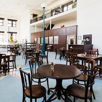 アンティークで揃えられたテーブルとチェアでレトロクラシックな雰囲気のレストランホール