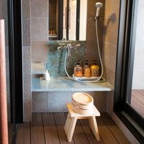 貸切風呂のシャワーブースは2つございます。