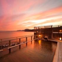 石花海の大浴場も利用可能。最高の景色をお楽しみください。