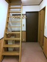 星見部屋のロフトへ上がる室内階段