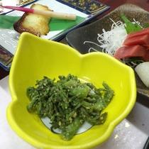 *【夕食例】タラの芽のごま和え。季節の山菜を使ったお食事も…。