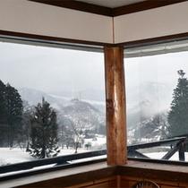 *ダイニングからの眺め/丘から見渡す自然の絶景。冬は真っ白な銀世界が目の前に広がっています。
