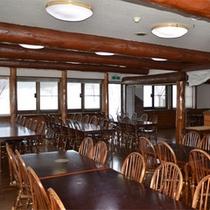 *ダイニング/広さのある食堂。窓の外には四季折々の自然あふれる風景が広がる☆