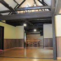 *【コテージ古民家】室内には梁がスタイリッシュにデザインされ、快適な設備が備わっています。