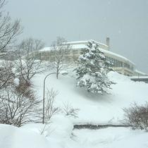 【外観(冬)】冬は一面雪に覆われます