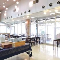 *【レストラン】沢山日が差し込む明るいレストランです。