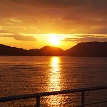 【夕日】フェリーからの眺める絶景夕日は、心に染み渡るようです。