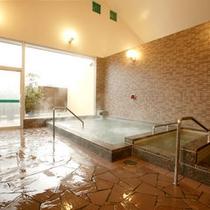 *【大浴場】露天風呂はございませんが、大きな窓から四季折々の山の景色がご覧いただけます。