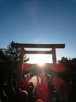 冬至の前後一カ月間は宇治橋中央から日が昇ります。