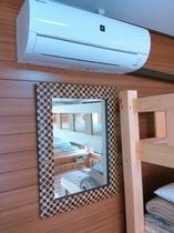 1~4人部屋 エアコンと大きな鏡