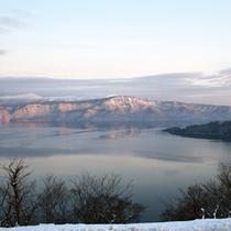 *辺り一面真っ白な雪に包まれる冬の景色。