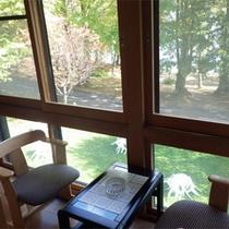 *和室/外の自然を眺めながら、寛ぎのひとときをお楽しみください。