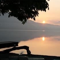 *夕陽が沈んでいく光景...幻想的な世界が広がります。
