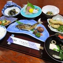 【夕食一例】季節の旬の地元食材を使ったお料理の数々をご堪能下さい。