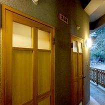 *【大浴場入口】小川に面した廊下を渡って大浴場へ・・・♪
