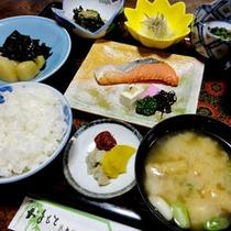 *【朝食一例】焼き魚や旬の新鮮な素材を使った数種類の小鉢、お味噌汁等、和定食をご用意♪