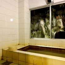 *【貸切風呂】源泉そのままの褐色の濁り湯をお愉しみいただけます。もちろん無料ですよ♪
