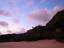 朝焼けにピンクに染まるビーチ