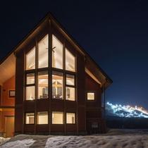*【3BR/Akagashi】外観(夜)。冬は近くのスキー場がライトアップされています。