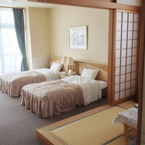 *【客室例】和洋室。畳のスペースと寝室が分かれており、ゆったりお寛ぎ頂けます。