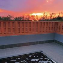 *【夕日の湯】美しい夕焼けを眺めながらゆったりとお寛ぎください。