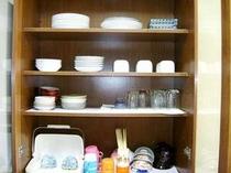 食器棚の中には大・中・小 のお皿お椀ご飯茶わん 下段にはどんぶりなども入っています。