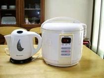 お湯はこちらの電気ポット(やけど注意)・ご飯は5合炊きのジャーで。