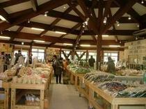 「湯の花観光会館」とらやより車で12分地元農家が新鮮野菜・果物を直売しています。